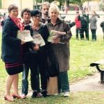 Distribution militante du journal devant une école limougeaude